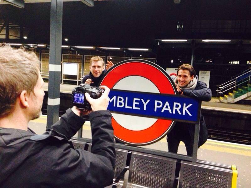 Schalkes Benedikt Höwedes filmt Lokalmatador Per Mertesacker (l.) und René Adler in der Londonder U-Bahn (Foto: facebook)