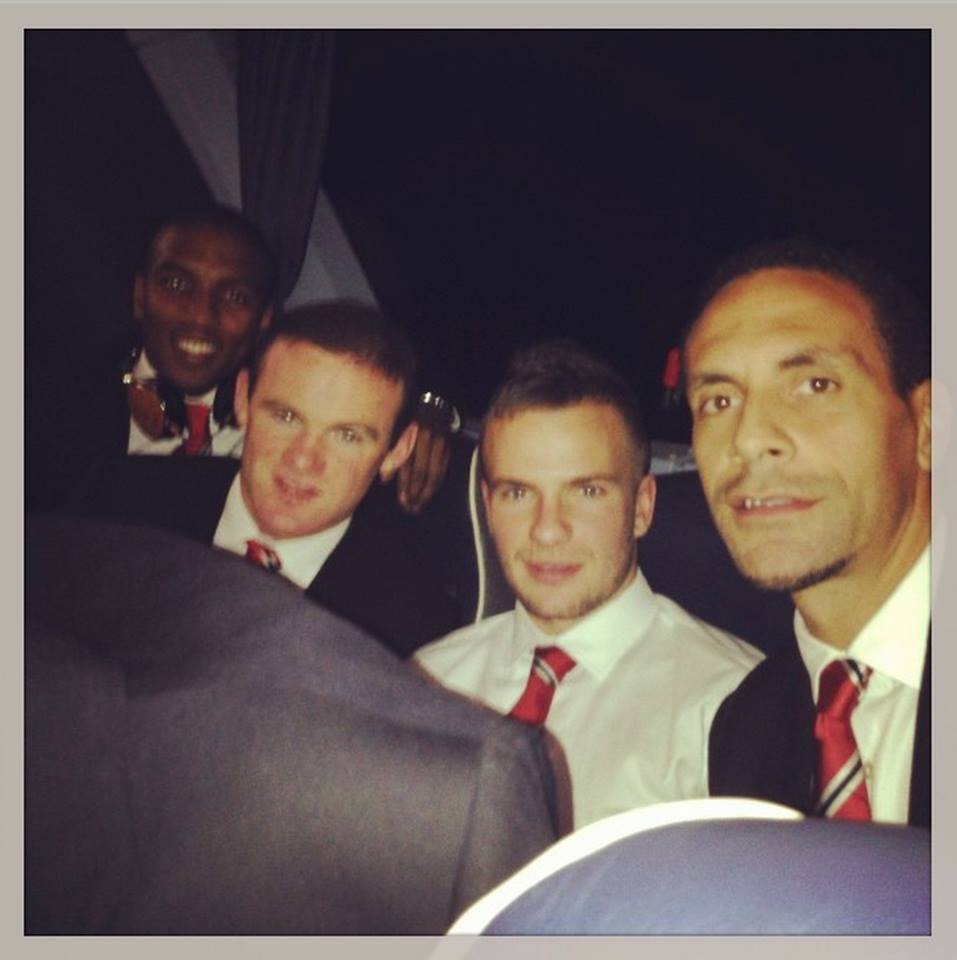 Backseat-Crew: Rio Ferdinand (r.) mit Ashley Young, Wayne Rooney und Tom Cleverley (v.l./Foto: facebook)