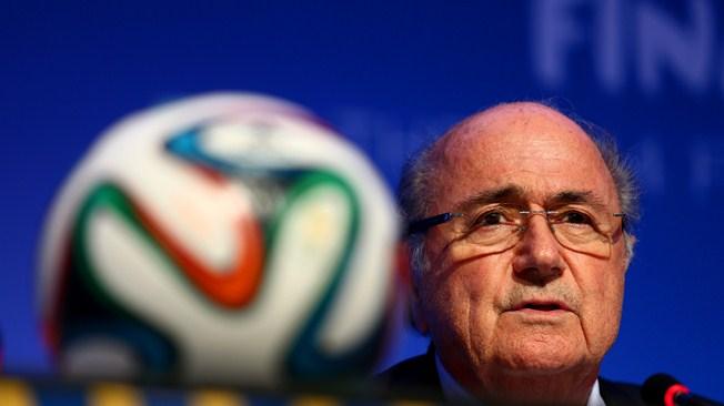 Sepp Blatter nimmt Abschied von Nelson Mandela (Foto: FIFA Media)