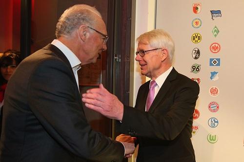 DFL-Präsident Reinhard Rauball begrüßt Franz Beckenbauer (Foto: DFL/Alexander Hassenstein/Bongarts/Getty Images)