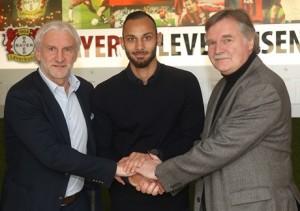 Ömer Toprak mit Geschäftsführer Michael Schade und Sportchef Rudi Völler (Foto: Bayer Leverkusen)