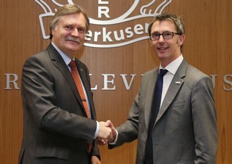 Freuen sich auf eine erfolgreiche Zusammenarbeit in Sachen Sport und Gesundheit: Lutz Kaiser, Vorstandsvorsitzender der pronova BKK (im Bild rechts), und Bayer 04-Geschäftsführer Michael Schade.