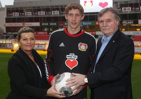 """Martina Krüger, Geschäftsführerin """"Ein Herz für Kinder"""", mit Bayer 04-Geschäftsführer Michael Schade (r.) und Torjäger Stefan Kießling (Foto: Bayer 04)"""