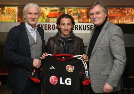 Andrés Guardado (Mitte) mit Geschäftsführer Michael Schade und Sportchef Rudi Völler