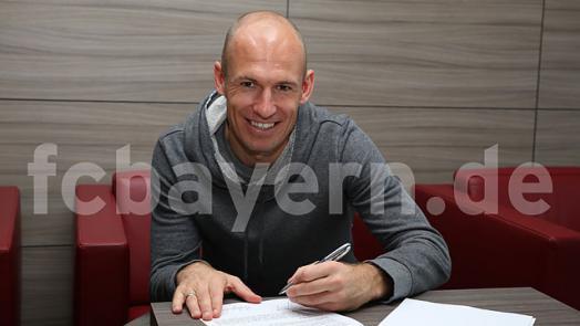 Triple-Sieger Arjen Robben (30) hat am heutigen Mittwoch, den 19. März 2014, seinen bis 2015 gültigen Vertrag vorzeitig um zwei weitere Jahre bis zum 30. Juni 2017 verlängert (Foto: fcbayern.de)