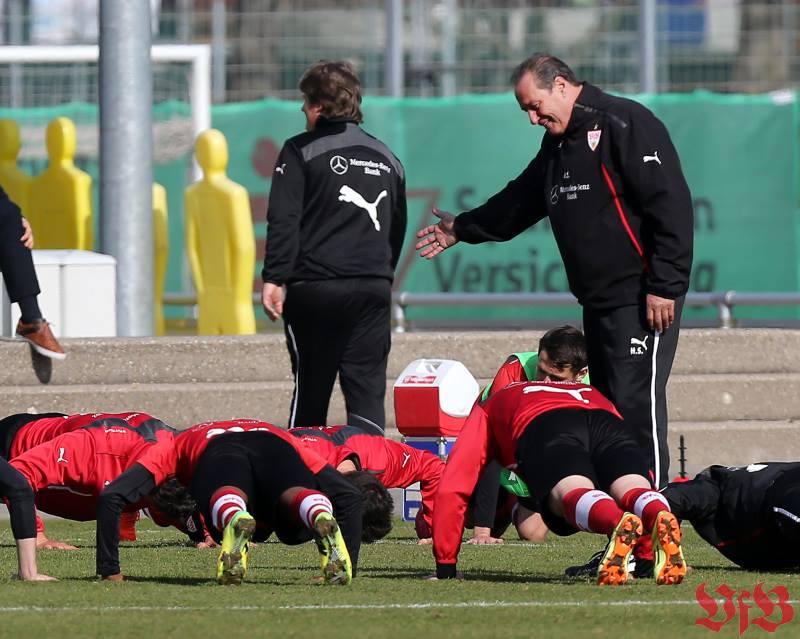 Huub Stevens macht das Training Spaß (Foto: www.facebook.com/VfB/photos/Pressefoto Baumann)