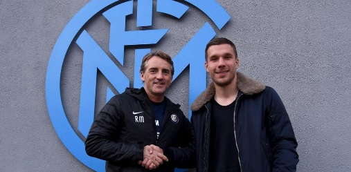 Poldi posiert mit Inter-Trainer Roberto Mancini (Foto: Twitter)